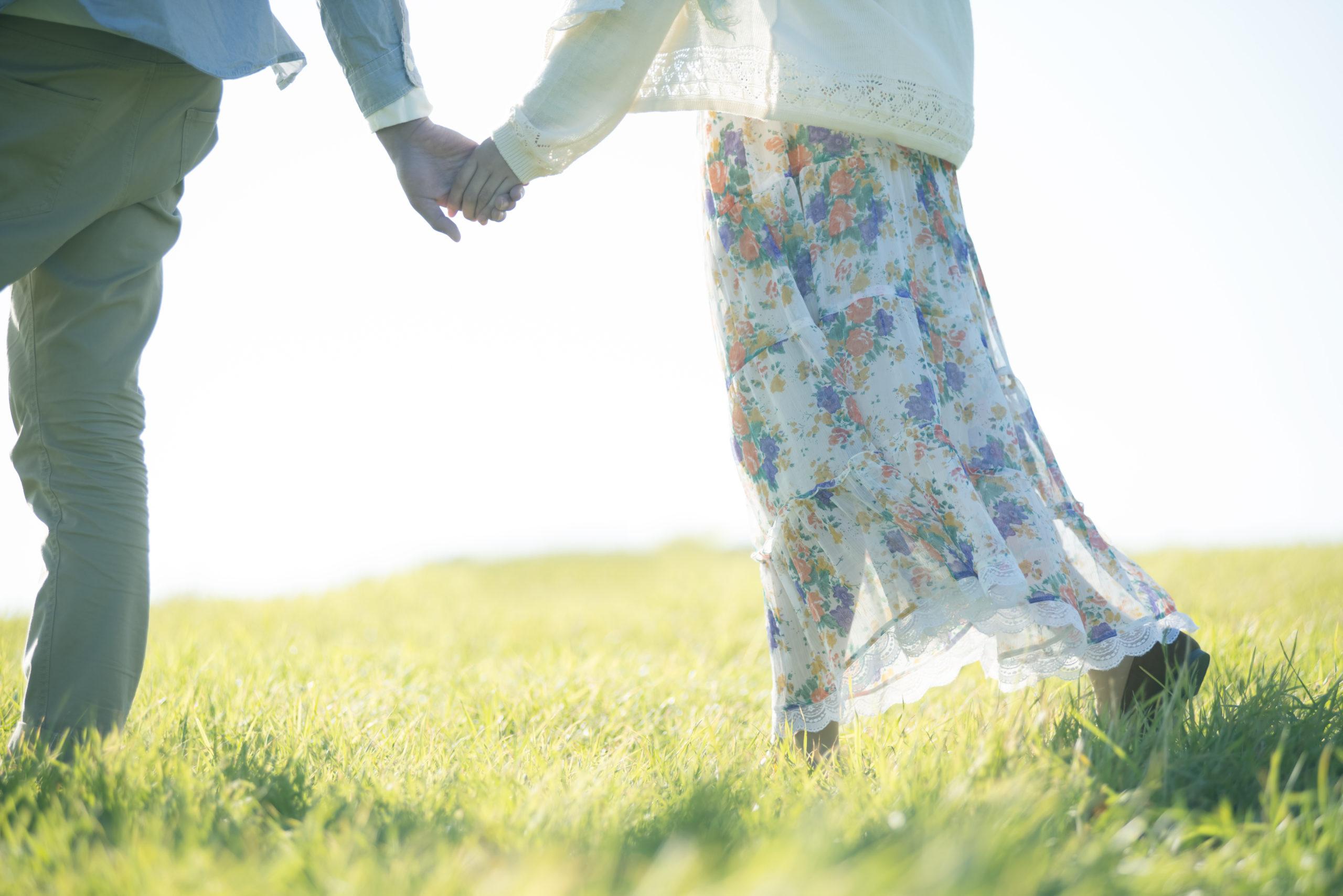 手をつなぐカップルのジュエリー