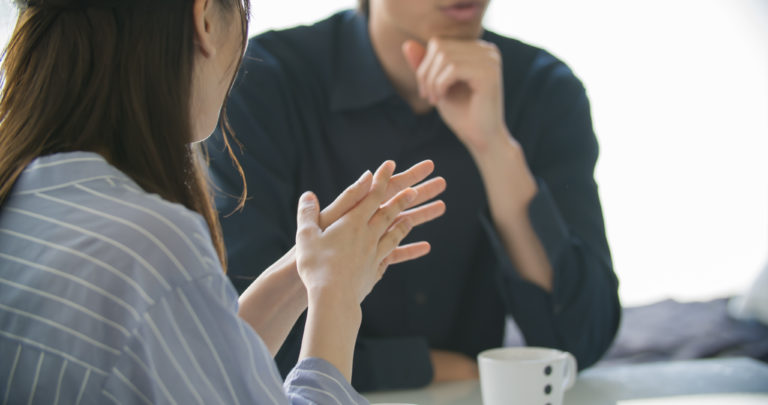 夫婦・カップル婚約指輪について話し合う