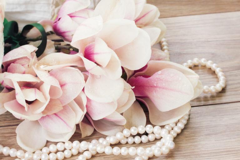 花束と真珠ネックレス