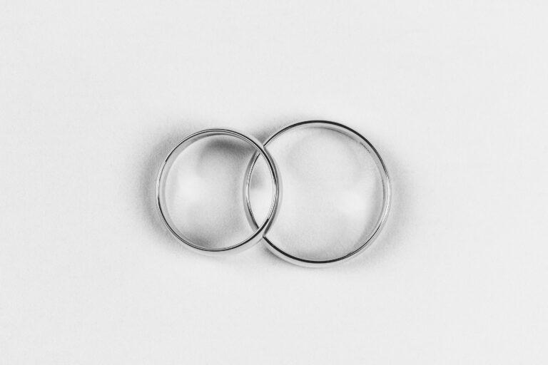 さりげなく絆を感じ合うふたりが選ぶシンプルデザイン