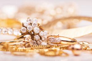 結婚指輪や婚約指輪とのレイヤードで手元の表情が変わる!