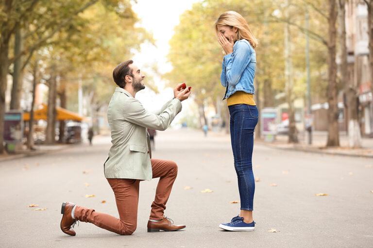 婚約指輪はどのタイミングで贈るべき?彼女の希望の見極め方とは